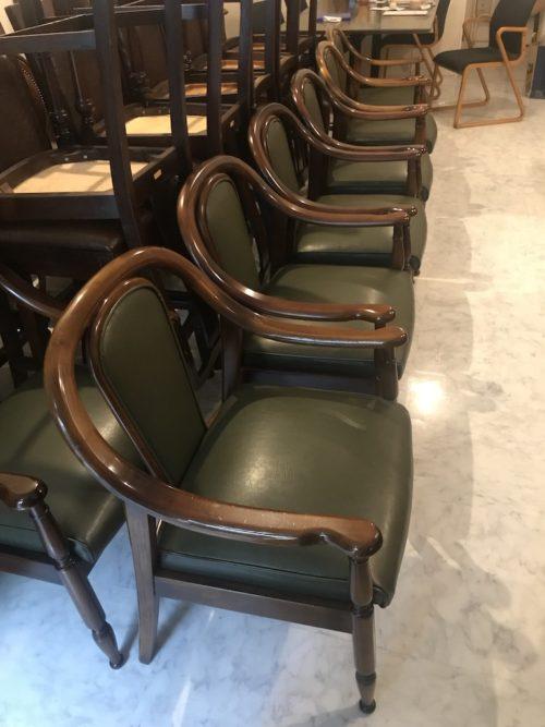 カフェ&バー店舗様用、古いカリモクアームチェアの座、背面ビニールレザーの張り替え
