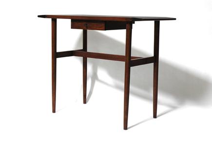 国産のクルミ無垢材を使用したテーブル