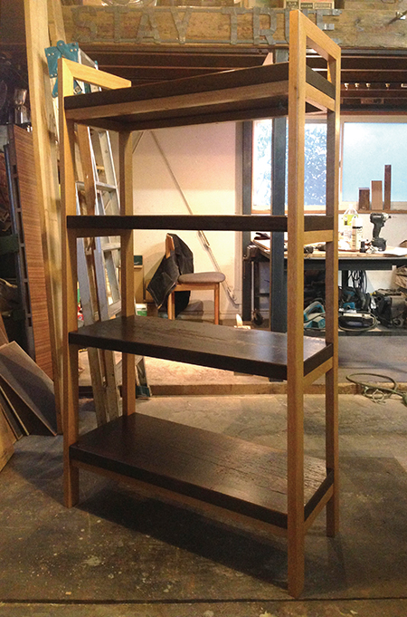 古木材を棚板に利用しオープンシェルフにリメイク